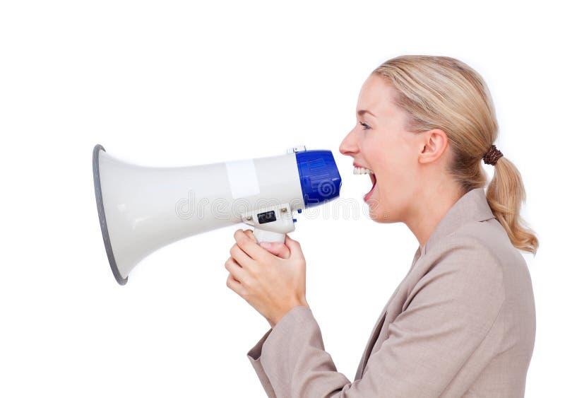 Donna di affari che urla tramite un megafono immagini stock libere da diritti