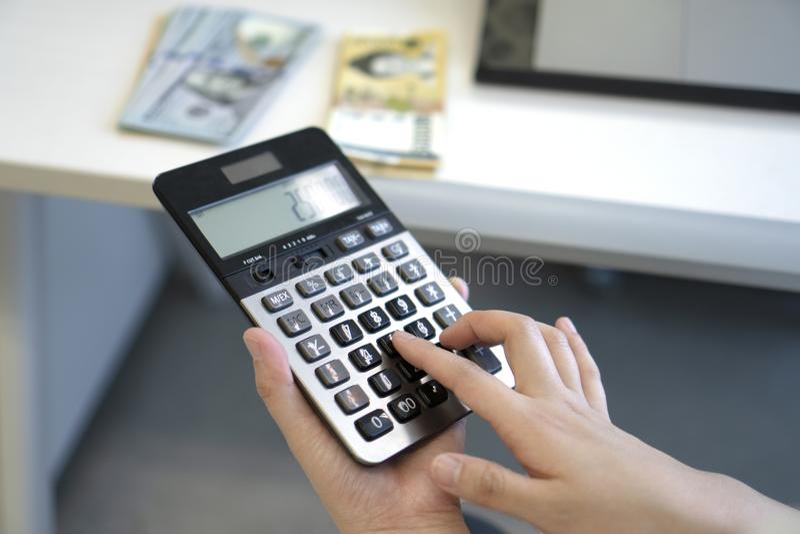Donna di affari che utilizza calcolatore nell'ufficio immagine stock libera da diritti