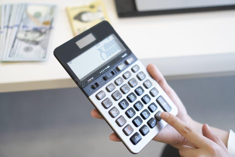 Donna di affari che utilizza calcolatore nell'ufficio immagini stock libere da diritti