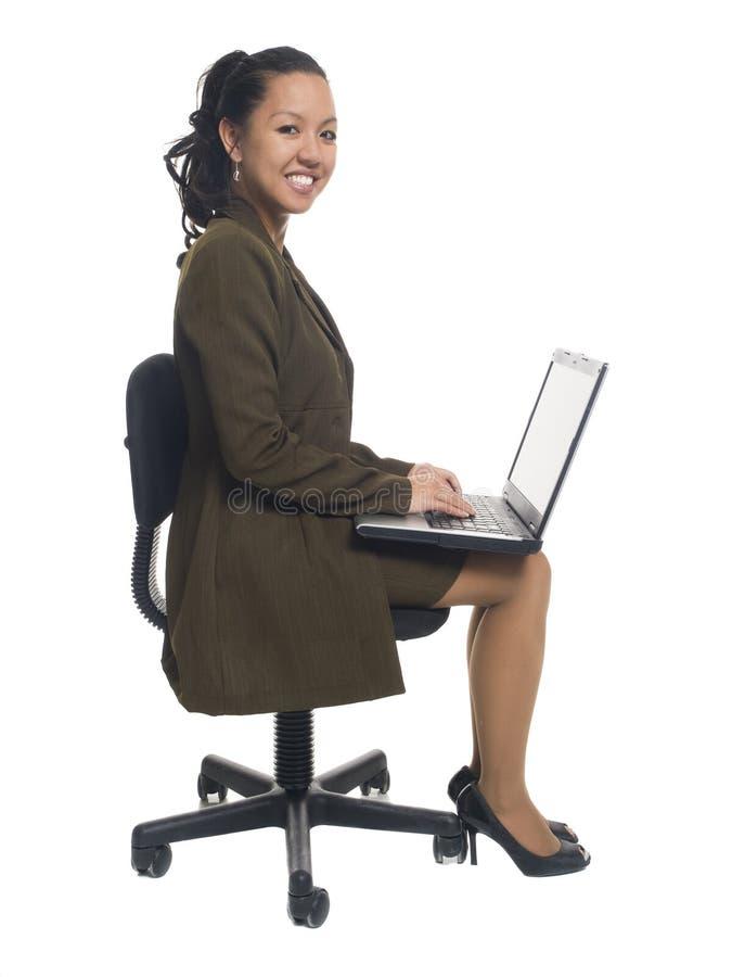 Donna di affari - computer portatile di seduta felice immagine stock libera da diritti