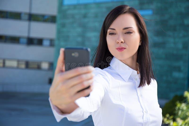 Download Donna di affari con immagine stock. Immagine di città - 56882945