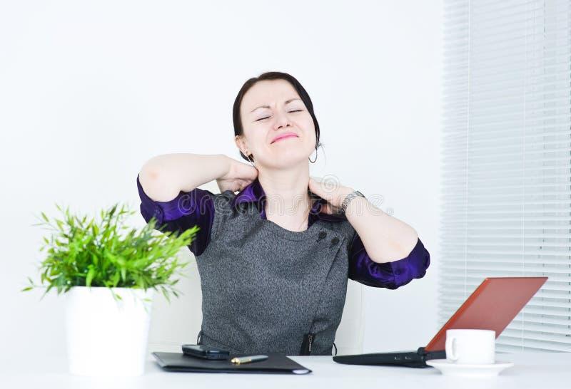 Donna di affari con dolore nel suo collo immagini stock libere da diritti