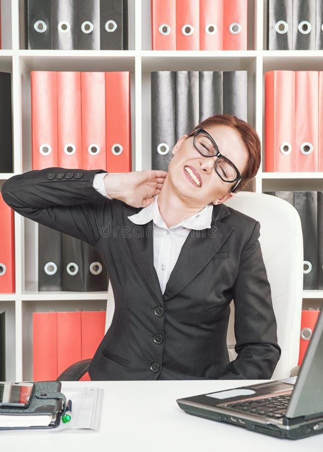 Donna di affari con dolore nel suo collo immagine stock libera da diritti