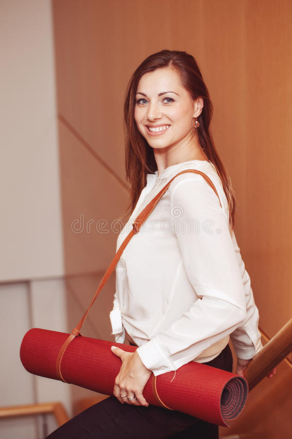 e4cd593aef Donna di affari con gli occhi azzurri in camicia bianca della blusa e  pantaloni neri che