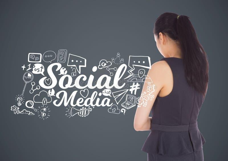 Donna di affari con i disegni di grafici sociali di media fotografia stock