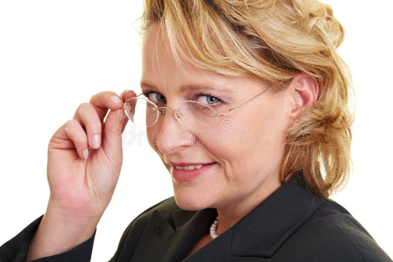 Donna di affari con i vetri fotografie stock libere da diritti