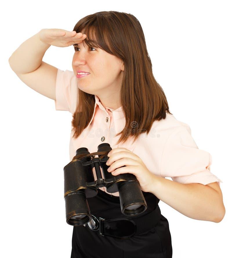 Donna di affari con il binocolo che esamina la distanza fotografia stock libera da diritti