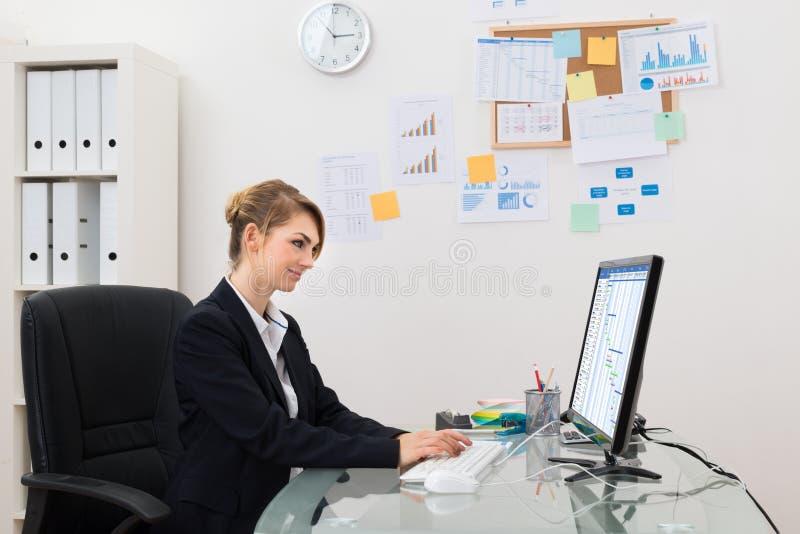 Download Donna Di Affari Con Il Calcolatore In Ufficio Immagine Stock - Immagine di felice, felicità: 55360953