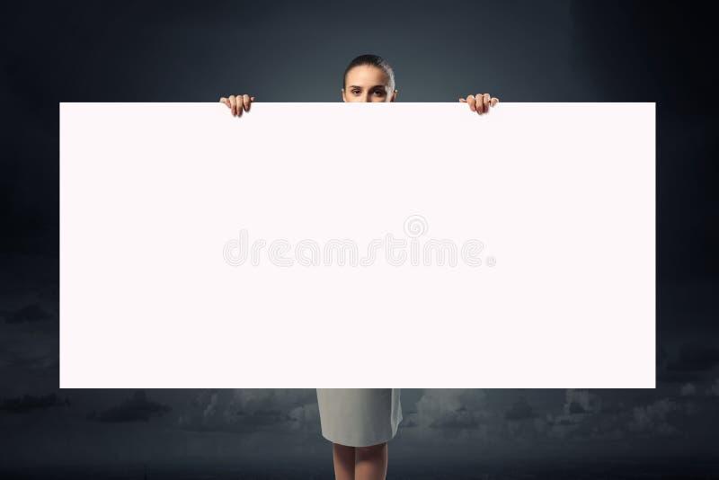 Donna di affari con il cartello vuoto fotografia stock libera da diritti