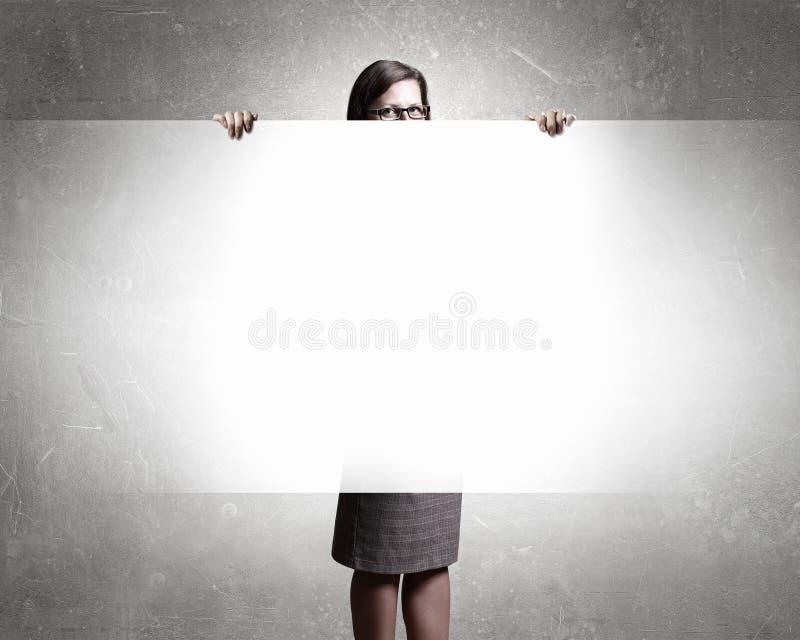 Donna di affari con il cartello vuoto fotografie stock libere da diritti