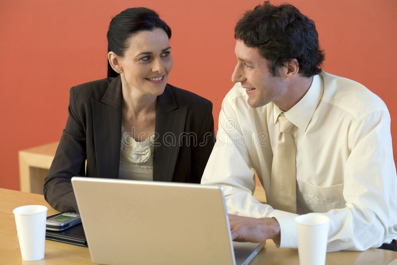 Download Donna Di Affari Con Il Collega Immagine Stock - Immagine di tecnologia, moderno: 3883581