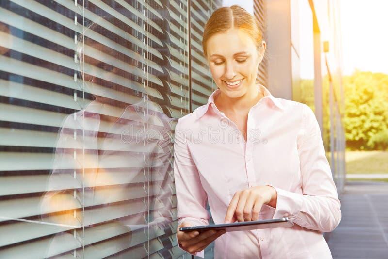 Donna di affari con il computer della compressa di estate fotografia stock