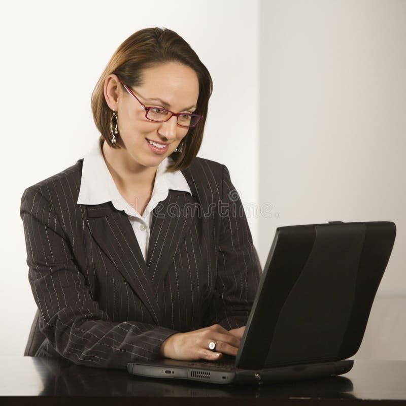 Donna di affari con il computer portatile. fotografia stock libera da diritti