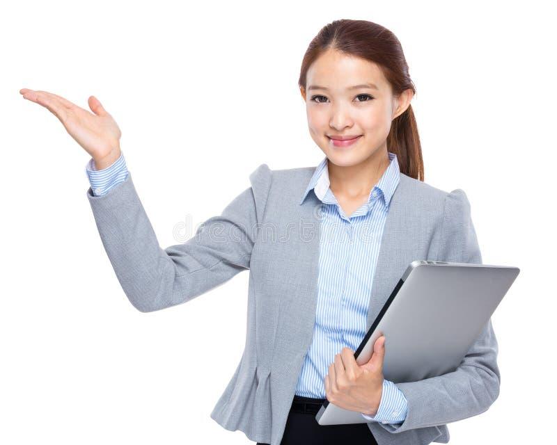 Donna di affari con il computer portatile e la palma aperta della mano fotografie stock libere da diritti