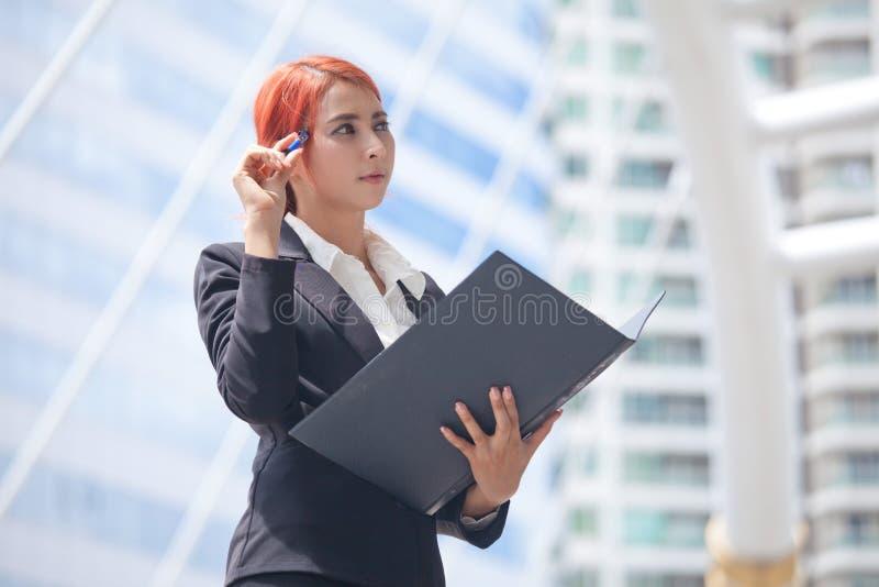 Donna di affari con il documento fotografia stock libera da diritti