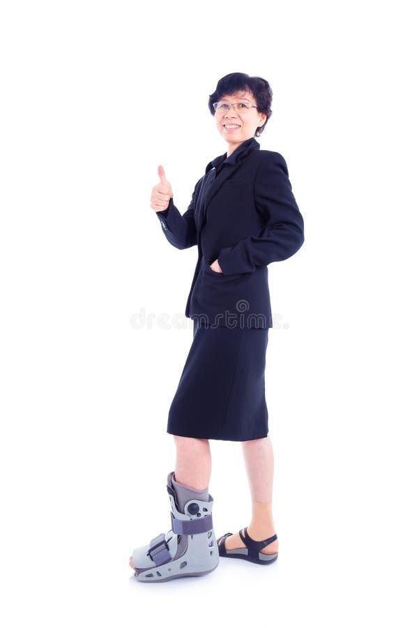 Donna di affari con il gancio della gamba che controlla bianco immagine stock libera da diritti