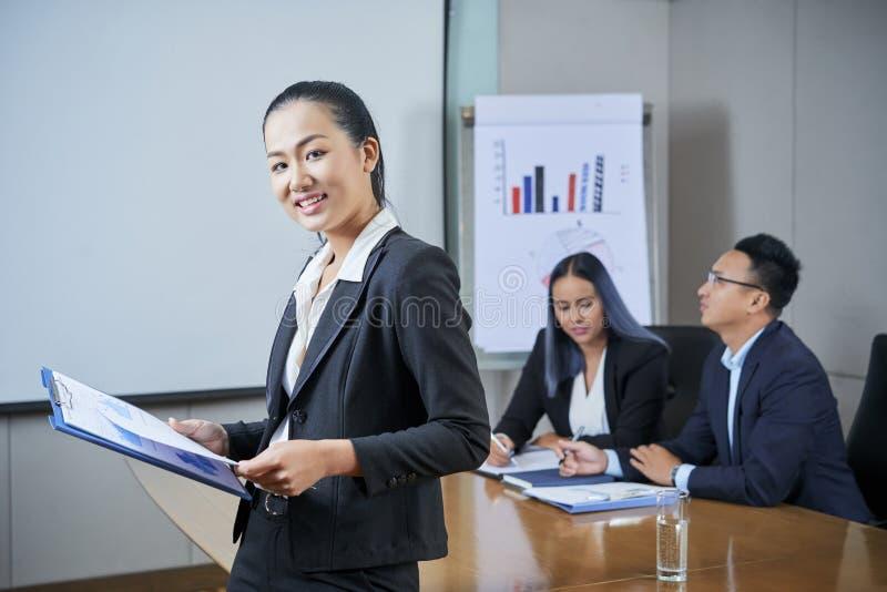 Donna di affari con il grafico finanziario immagine stock libera da diritti