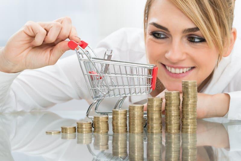 Download Donna Di Affari Con Il Mini Carrello E Monete Fotografia Stock - Immagine di valuta, assicurazione: 55361700