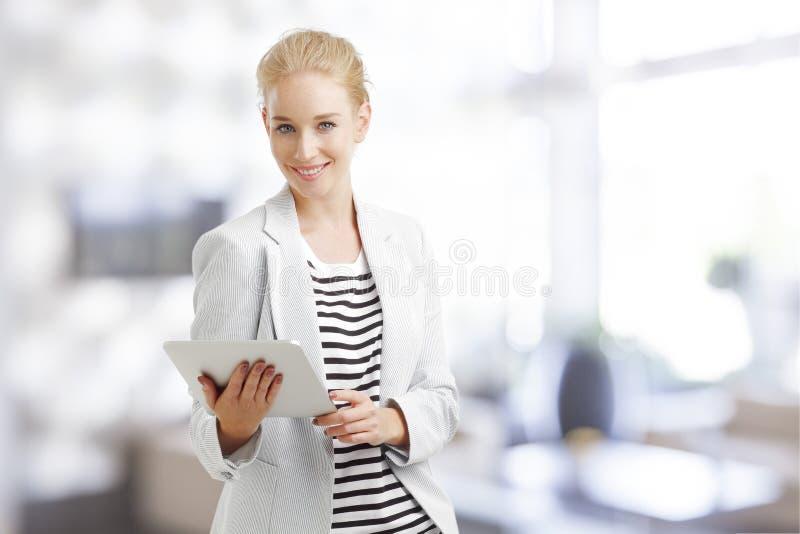 Donna di affari con il ridurre in pani di Digitahi fotografia stock