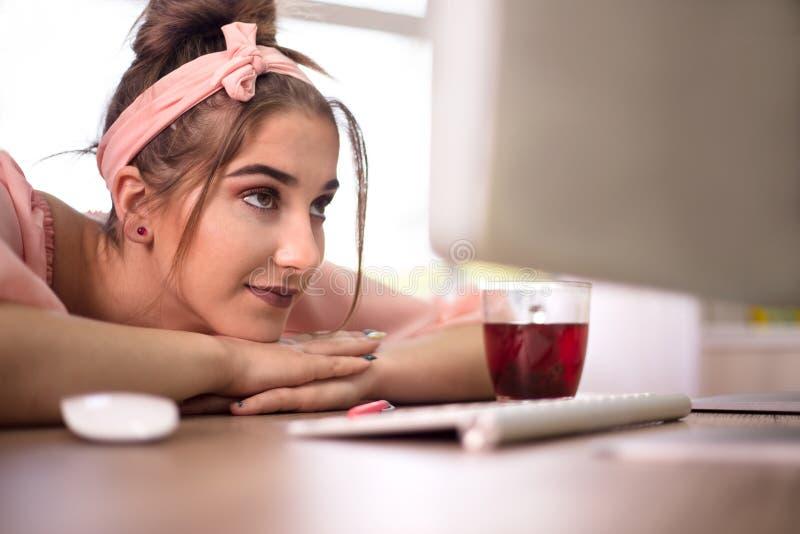 Donna di affari con il tè bevente del computer del pc all'ufficio immagine stock