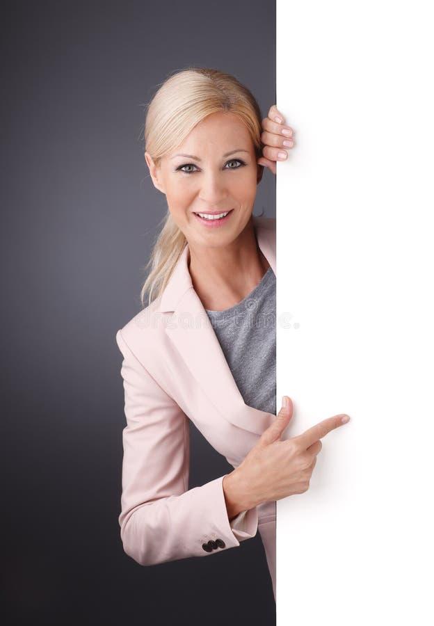 Donna di affari con il tabellone per le affissioni fotografie stock