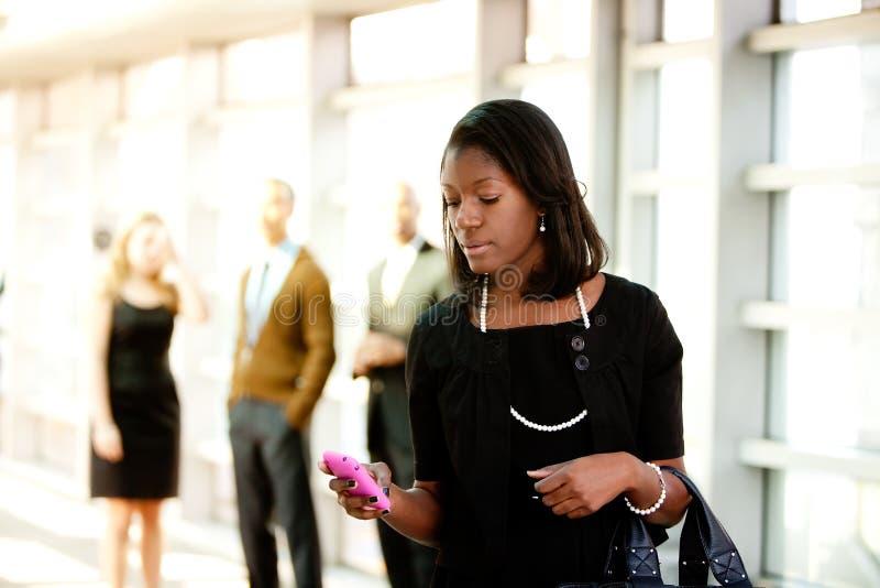 Donna di affari con il telefono astuto fotografia stock libera da diritti