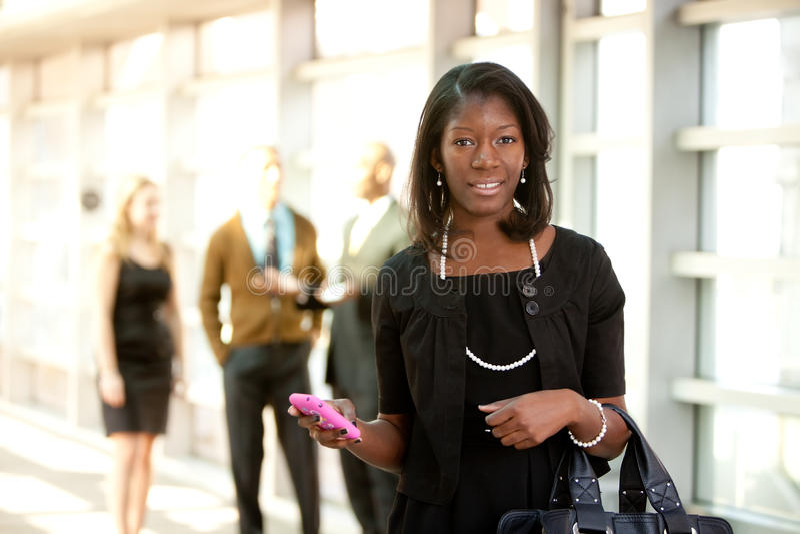 Donna di affari con il telefono astuto fotografie stock