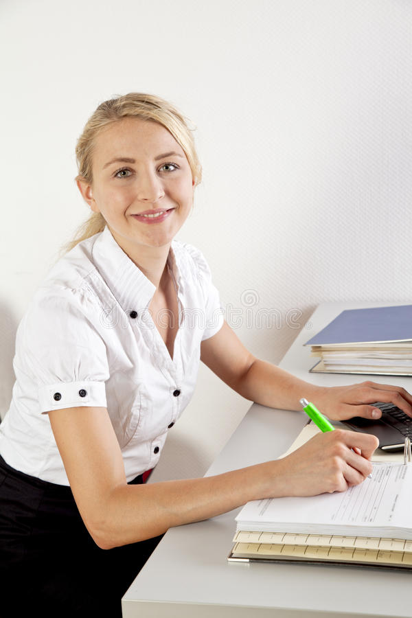 Donna di affari con la cartella di archivio fotografie stock
