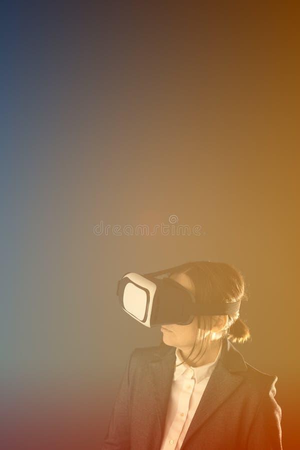 Donna di affari con la cuffia avricolare di VR fotografia stock