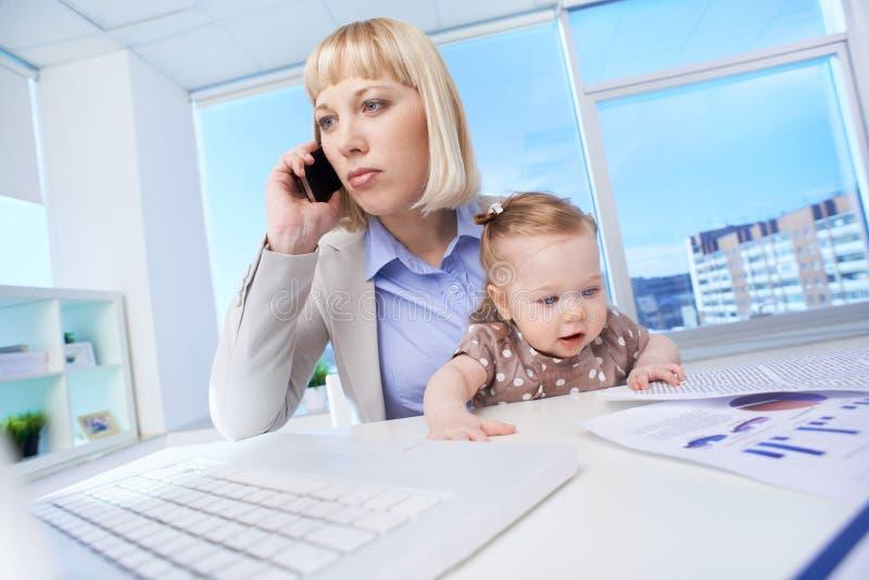 Donna di affari con la figlia fotografia stock libera da diritti