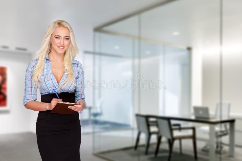 Donna di affari con la lista di controllo; sorriso dei denti fotografia stock