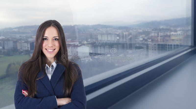 Donna di affari con la mappa internazionale fotografia stock