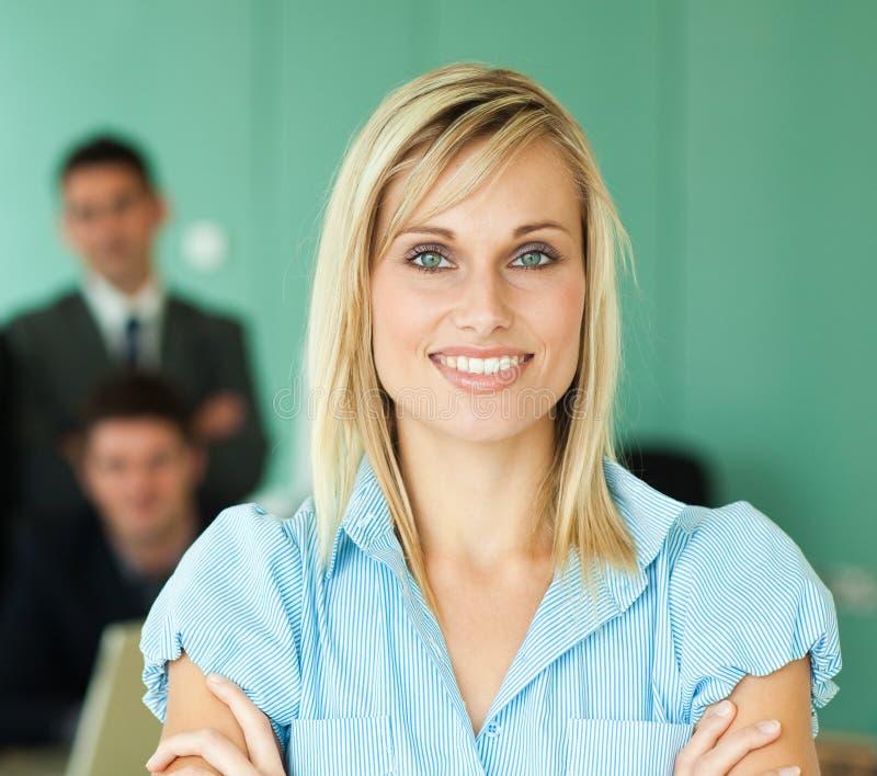 Donna di affari con la sua squadra di lavoro fotografia stock