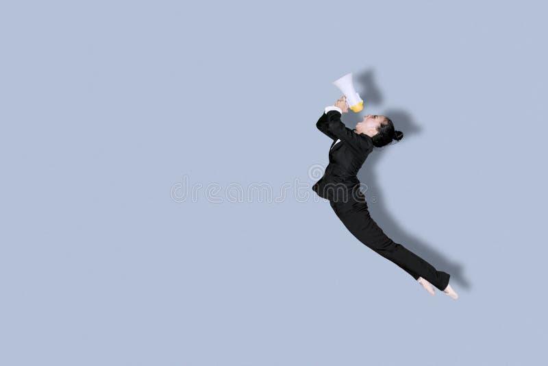 Donna di affari con le scarpe di balletto e del megafono fotografie stock libere da diritti