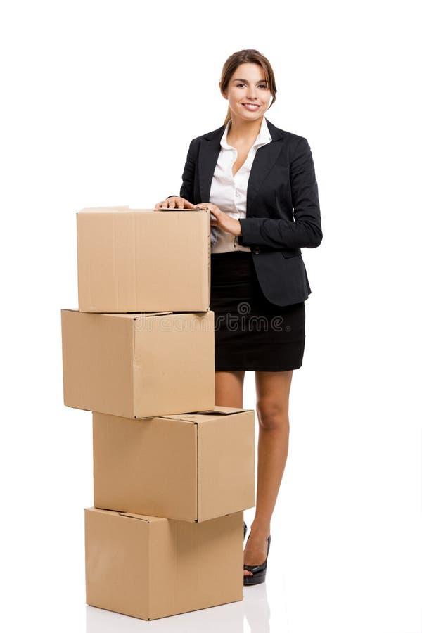 Donna di affari con le scatole di carta fotografia stock