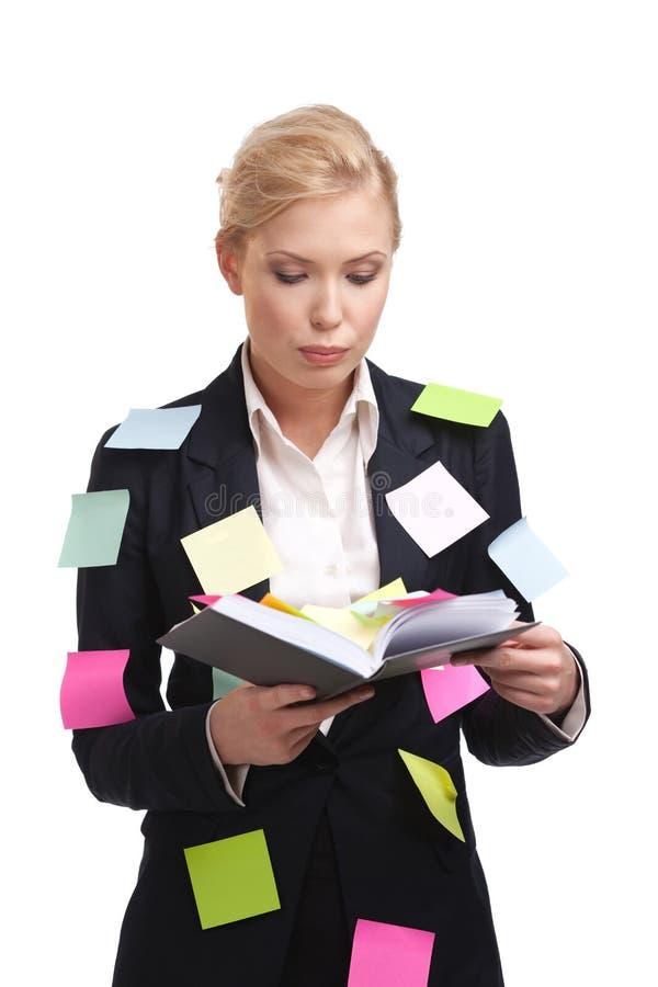 Donna di affari con un diario isolato su bianco fotografie stock libere da diritti