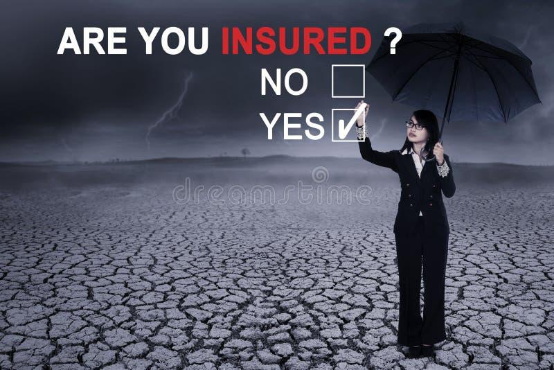 Donna di affari con un ombrello e una domanda fotografia stock libera da diritti