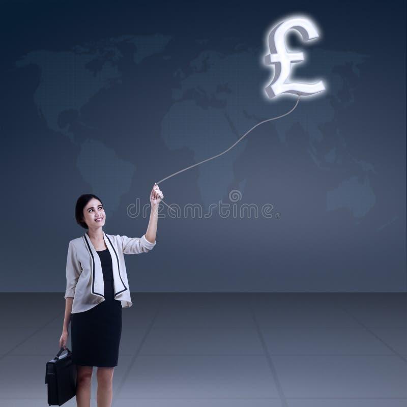 Donna di affari con un simbolo della libbra immagini stock