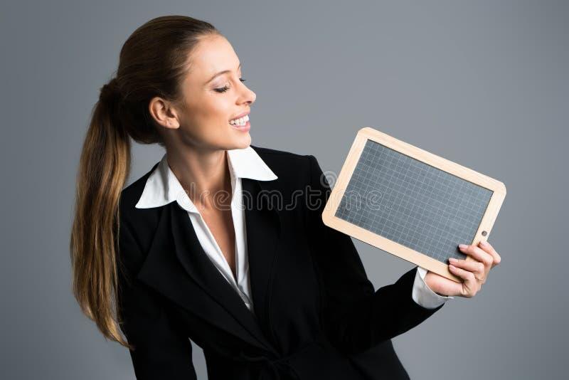 Donna di affari con una lavagna immagine stock