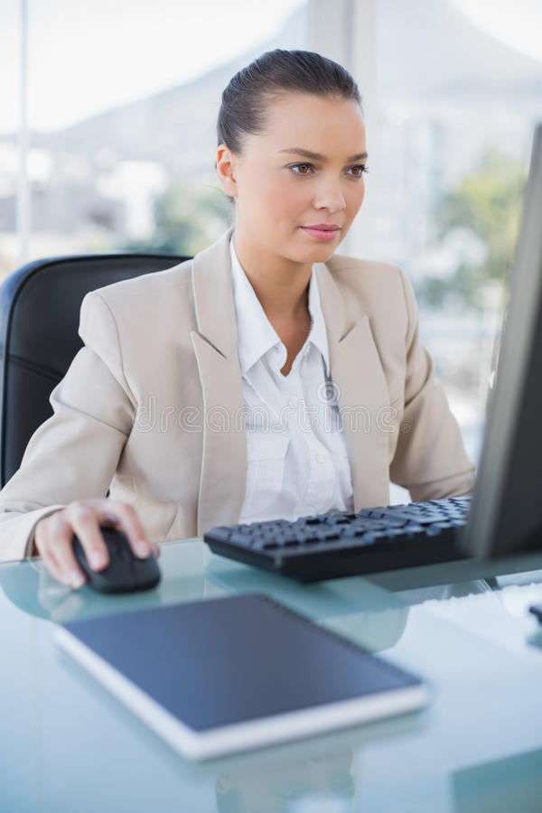 Donna di affari concentrata che lavora al computer immagini stock