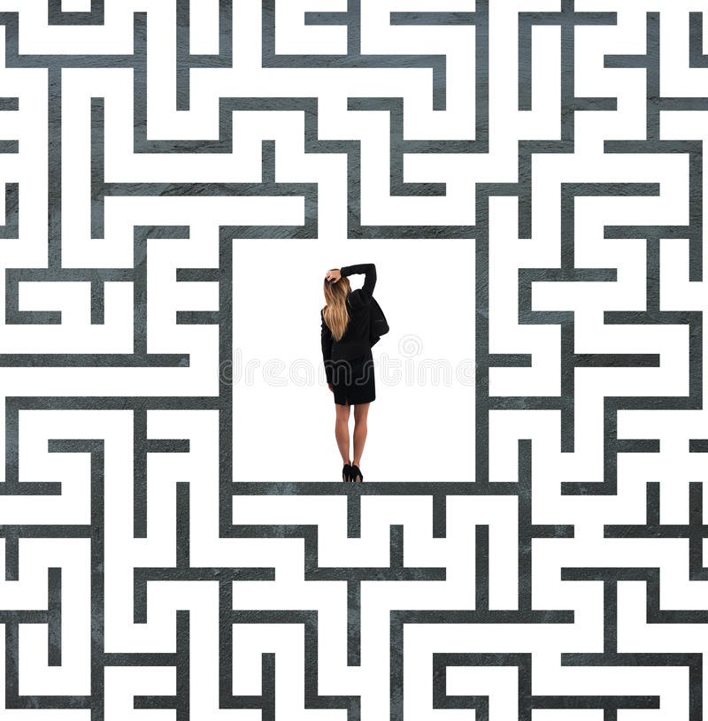 Donna di affari confusa al centro di un labirinto fotografia stock libera da diritti