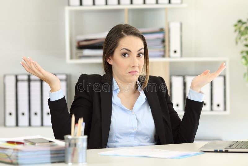 Donna di affari confusa che esamina macchina fotografica immagine stock