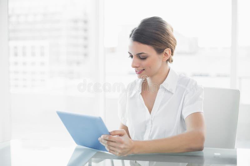 Donna di affari contenta che lavora con la sua compressa fotografie stock libere da diritti
