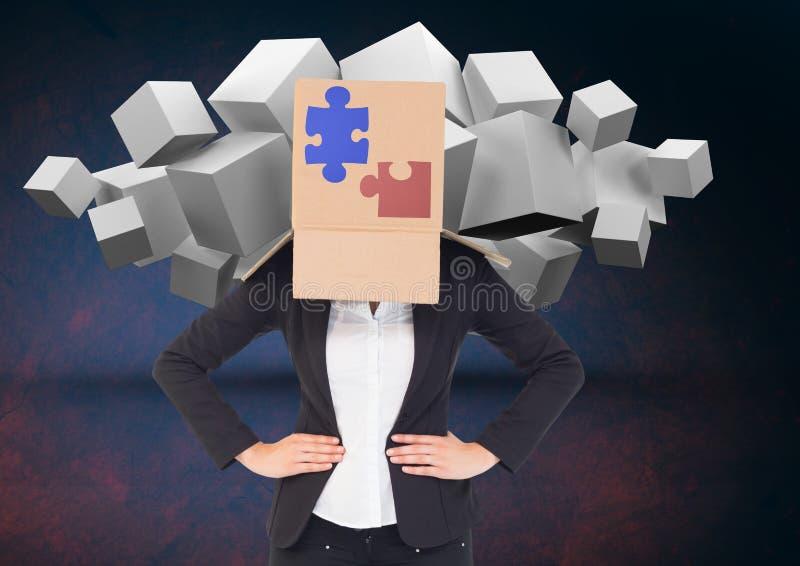 Donna di affari coperta di scatola di cartone che mostra i puzzle ed i cubi bianchi negli ambiti di provenienza immagine stock