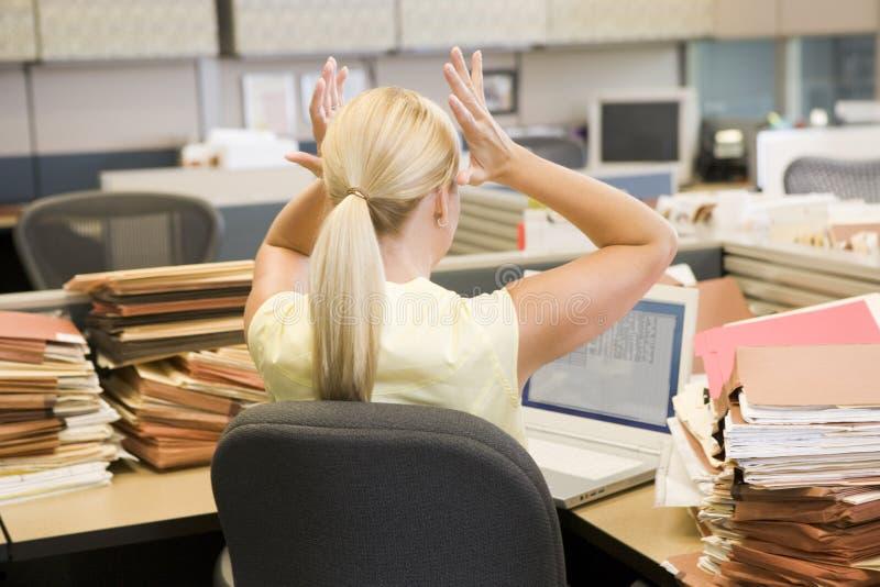 Donna di affari in cubicolo overworked e sollecitato immagini stock