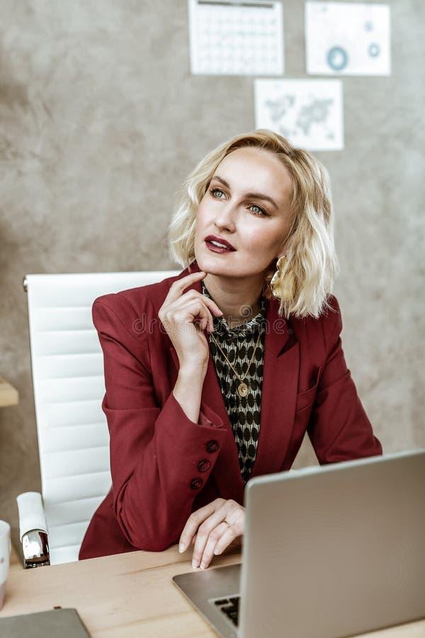Donna di affari dai capelli corti attraente con gli occhi leggeri profondi fotografia stock libera da diritti