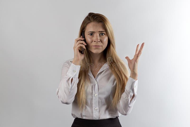 Donna di affari dai capelli lunghi in vestiti convenzionali che parla sul telefono fotografia stock libera da diritti