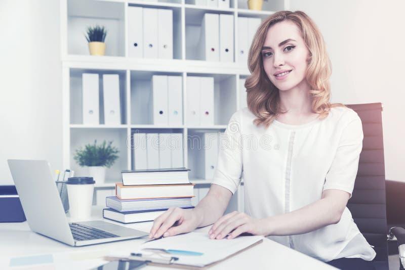 Donna di affari dai capelli rossi allegra, tonificata immagini stock