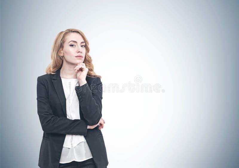Donna di affari dai capelli rossi pensierosa, grigia fotografia stock libera da diritti