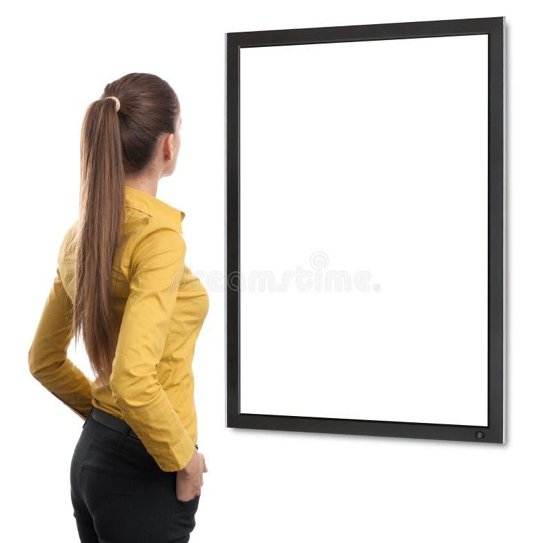 Donna di affari dalla TV di sguardo posteriore immagine stock